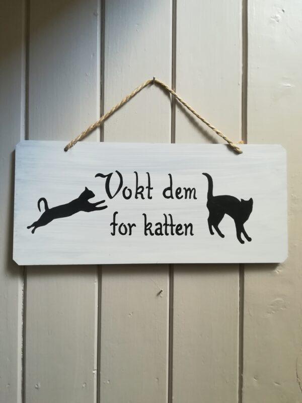 """Håndmalt metallskilt med siluett og tekst """"vokt dem for katten"""""""
